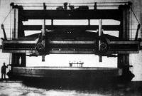 """Brookly-ban, New York mellett, a legnagyobb hajóépítő gyárban alig két éve áll ez a 300.000 kilogramm sulyu s """"a világ legnagyobb furógépe"""" nevét viselő gépépítmény, amelylyel a dreadnoughtok forgó acélpáncél ágyútornyához a burkolatot készítették."""