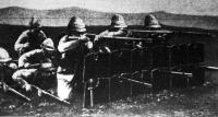Páncél-vértek a rajvonalban. Ezeket az angolok használták először a burok ellen. Ma már a lomtárba kerültek, mert a lövészárok, sőt még rakás föld is biztosabb védelem, mint egy ilyen páncél.