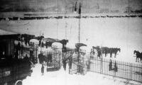 Az átmeneti szénhiány napjaiból (kokszra váró teherkocsik az óbudai gázgyár előtt)