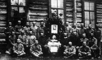 Egyszerű oltár körül ülnek magyar hadifoglyaink egy orosz táborban