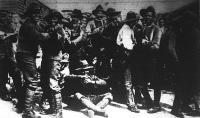 Fehér és szines katonák táncmulatsága a front mögött. A műveletlen, félvad katonákkal eleinte nehezen barátkozott meg a büszke angol.Később azonban megszokta az ijesztő arcú bajtársakat