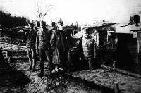 Gross Jenő (X) parancsnokank köszönhetően a budapesti katonák valóságos csodát műveltek a wolhyniai sártengerben épített barakk táborral, amely nemcsak fedezéknek, de téli szállásnak is jó