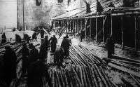 Orosz foglyok barakk építésénél