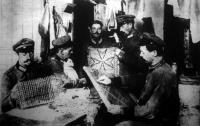 Német katonák szórakozása a barakk- táborban. Nem kaptak kimenőt s a vasárnapot azzal töltik el, hogy kézimunkát csinálnak szeretteiknek