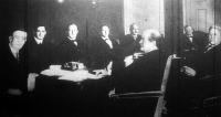 Wilson és munkatársai a tanácskozó asztalnál