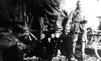Angol katonák kávéznak a város melletti táborban