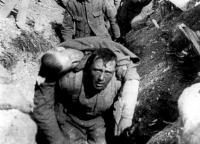 Sebesült társát mentő katona egy somme-i lövészárokban, 1916
