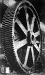 A világ legnagyobb fogaskereke. Egy amerikai gőzmalom részére készült ez a hatalmas acéltömeg, amelynek méretszemléltetéséhez igen jól illik a kerék mellett álló ember alakja. Nyolc és fél méter  a teljes magassága. A fogazat száma százötvennégy.