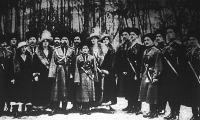 A cár és családja a forradalom kitörése előtti időben, a Carskoje Selo parkjában