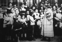 Nyaralni induló gyerekek. Ez a felvétel,a nyugati-pályaudvaron készült