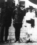 Felszabadult hadifoglyok Csernovitzben. A képen Vogel hadnagy látható parasztgúnyában