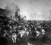 A felvonuló tömeg az Iparcsarnok előtt