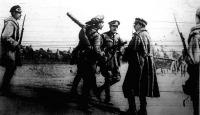 Futár hozza a hírt, hogy a németek áttörték az orosz vonalakat