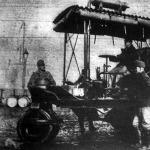 A katonák a benzinmotoros utigéphengerekkel kivételes gyorsasággal és nagy tudással épitik meg a jövő céljait is szolgáló utakat.