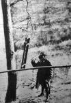 AZ Isonzó fronton az állások mögött vészjelet ad egy katonam a fára függesztett acélsin kongatásával