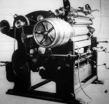 Szerpentin helyett papirspárgát gyárt a gép