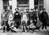 Munkások egy csoportja a régi gázgyárból