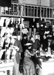 Vásárlás a Párisi nagyáruház harisnya osztályán a boldog békeidőkben