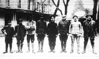 Nyolc különböző népből álló fogolycsoport