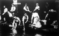 Német katonák segítenek a nagymosásban
