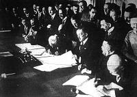 Báró Burián külügyminiszter aláírja a román békeokmányt