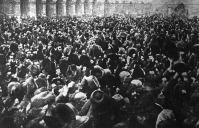 A tömeg üdvözli a köztársaságot