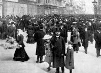 Vasárnapi déli korzó a Kossuth Lajos utczában a háború előtt