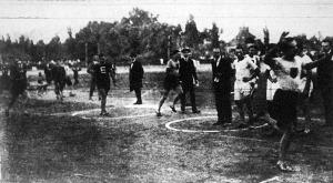 Az 5x400 méteres bajnoki staféta finishe Krepuska 8 m-el előzi meg Benedeket