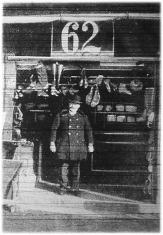 Tomasik István bácsi, a zsibárusok elnöke a bódéjában, ahol mostanában ritka a vevő.