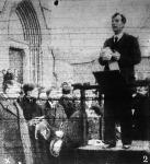 Vanczák János búcsúbeszédet mond Somogyi koporsója előtt a szociáldemokrata párt és a Népszava nevében