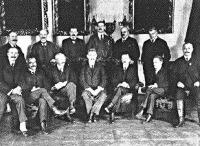 A bal szélen az  első helyen ül Haller István