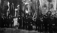 Az ünnepségfellobogózott résztvevői