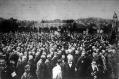 Az Ébredő Magyarok Egyesületének zászlaja alatt ünneplő tömeg