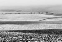 Téli, fagyos, havas szántóföld
