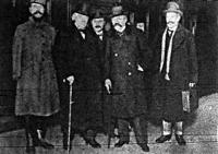 A kép aláírása szerint balról jobbra Gouraud tábornok, Lloyd George angol, Briad francia miniszterelnök és Berthelot külügyi államtitkár látható Londonban