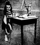 A Pók nevű kis német rokka; mellette az asztalon kis motola