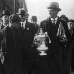 Arthur Grimsdell a csapatkapitány a kupával