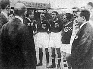Kertész II. Vilmos (x) ünneplése 50. válogatottsága alkalmából. Tibor Lajos (xx) az MLSz elnöke köszönti az ünnepeltet