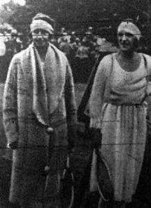 Lenglen kisasszony (jobbról) Mc Kane kisasszonnyal