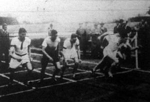 A 800 m-es síkfutás startja Braxner (Oxford), Bozsik (MAC), Millijan (Oxford), Fonyó (MTK), D. G. A. Love (Cambridge - a győztes), Benedek (MAC)