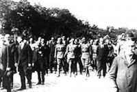 Ostenburg Gyula és vezérkara az ágfallvi csata áldozatainak temetésén