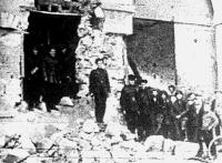Utcai harcok Írországban. Kormánycsapatok egy ágyuval kilőtt házban tanyáztak le
