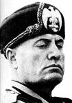 Most még körülötte forog minden, s ez látszik is Mussolini arcán