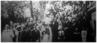 A budapesti olaszok Statuto-ünnepének résztvevői a követség lépcsőjén