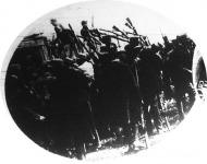 Hitlerék fegyvert osztanak