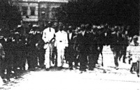 A kép közepén a fehér ruhás, magas alak Lendvai István, az ébredők jelöltje, aki a gyűlés megzavarása után távozik a Piac-térről