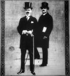 A képen 1-es számmal Gróf Bethlen István, miniszterelnök van jelölve, 2-essel pedig Kállay Tibor, pénzügyminiszter.