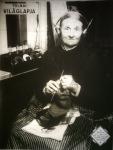 Rádiózó, kötögető nagyanyó