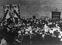Lenin temetésére hatalmas tömeg gyűlt össze a Vörös Téren. A rettenetes hidegben több százan heghaltak