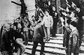 Mussolini a fascisták üdvözlő sorfala között